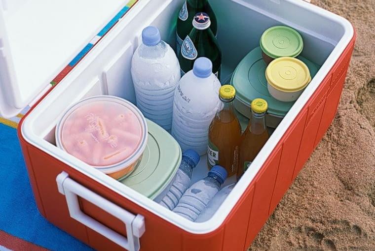Lodówka na napoje wyposażona w lodowe wkłady z butelek po napojach
