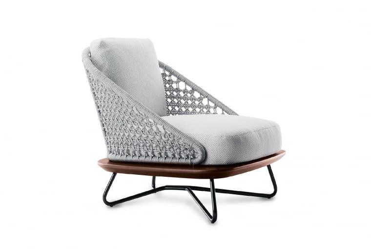 """Rivera. Nowoczesna interpretacja fotela z oparciem z klasycznej plecionki """"cannage"""". Połączenie pięknej formy z wysokiej jakości tkaninami i szlachetnym drewnem iroko. Wzór, Minotti"""