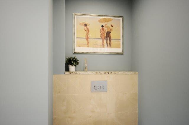Właścicielom spodobało się wprowadzenie reprodukcji obrazów Jacka Vetriano do łazienki, którą wcześniej urządzili, bo one ożywiły i dopełniły pomieszczenie.