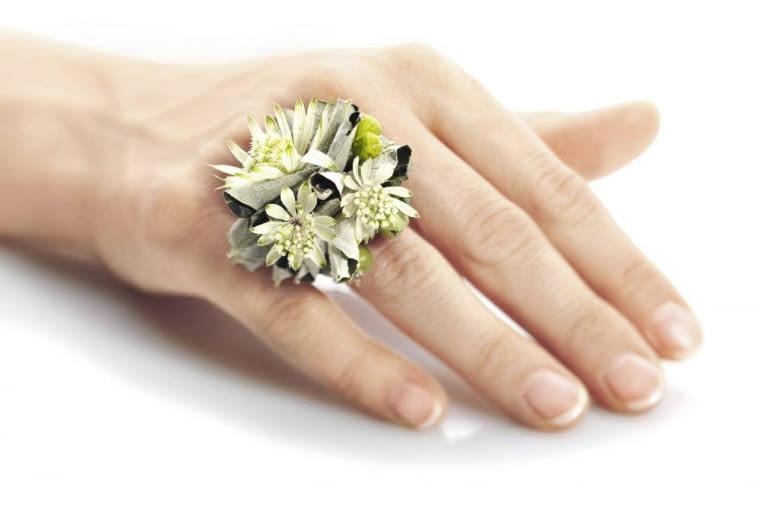 Ten urzekający pierścionek z liści topoli i kwiatów jarzmianki może być niebanalnym ślubnym detalem