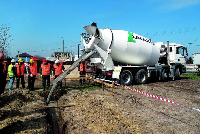 Beton - towarowy, wodoszczelny, samozagęszczalny - najlepiej zamówić w najbliższej wytwórni. Dostarcza się go na budowę betonowozem, z którego mieszankę wylewa się do wykopu, odpowiednio kierunjąc rynny umieszczone u wylotu gruszki.