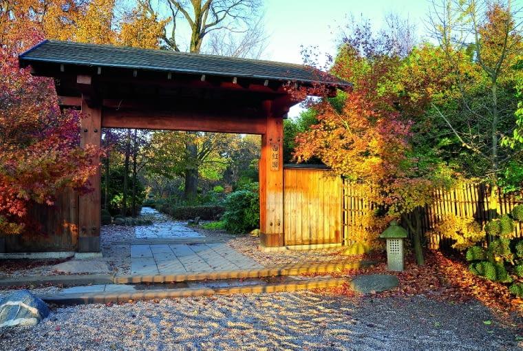 Sukiya-mon, czyli brama główna (tu w odsłonie jesiennej) zaprasza do zwiedzania ogrodu.