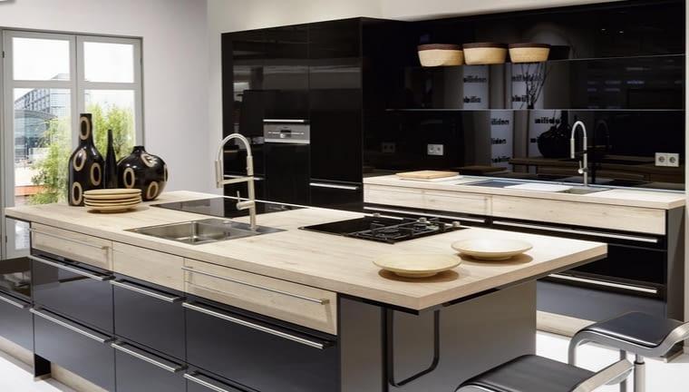 Fronty kuchenne w czarnym kolorze na wysoki połysk wyglądają elegancko i szykownie. A połyskujące powierzchnie dodają trochę światła w ciemnej kuchni.
