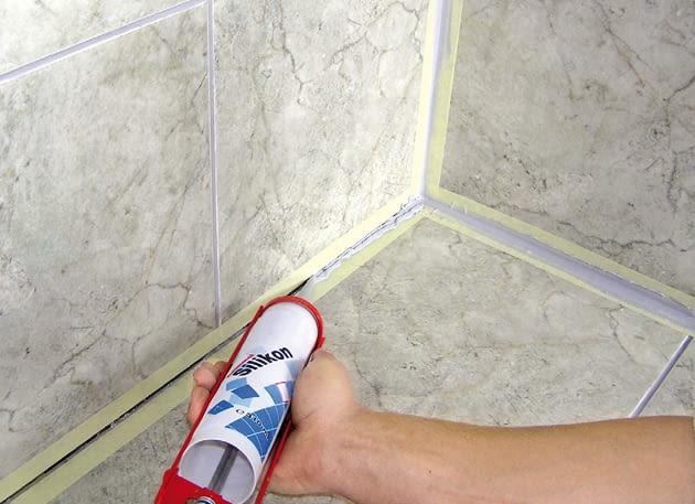 Jeśli wymienialiśmy płytki w narożach ścian i podłóg, spoiny wypełniamy elastycznym silikonem