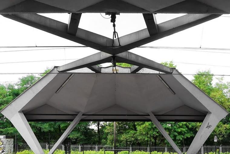 Charakterystyczne betonowe zadaszenie peronów