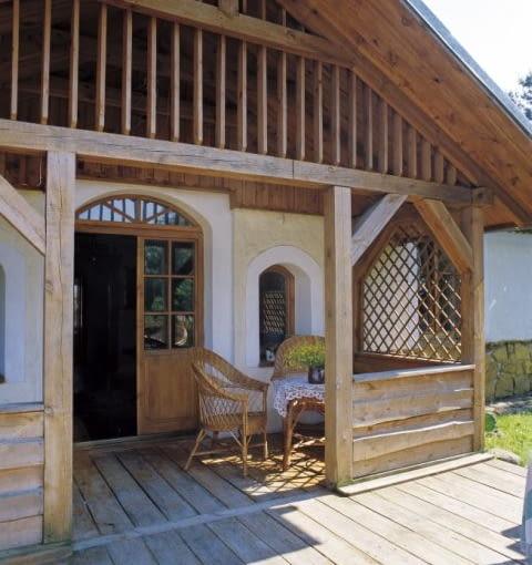 Wykończony drewnem ganek pełni funkcję tarasu