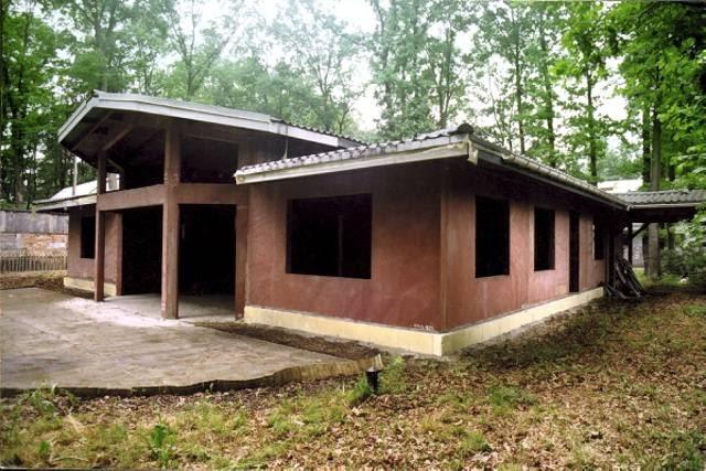Sytuacja przed przebudową. Widok domu od strony ogrodu - widoczny dawny kształt środkowej części budynku