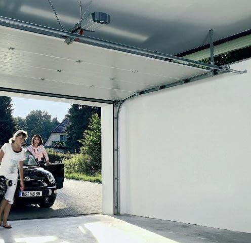 Napęd bramy jest szczególnie ważny w garażach, do których nie ma osobnych drzwi lub przejścia z domu
