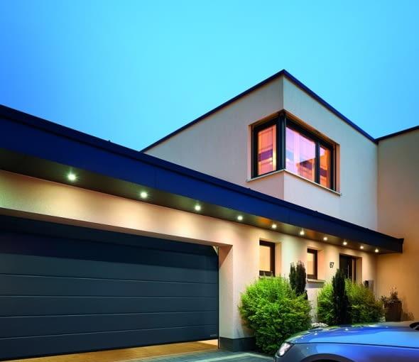 Jeśli nieogrzewany garaż przylega do bryły domu, należy zadbać o solidną izolację cieplną między nimi; dobrze, jeśli będzie ona też tłumić hałas