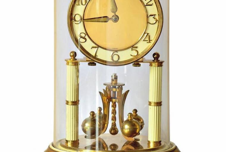 W XIX wieku zegary produkowano już masowo. Dużą popularnością cieszyły się modele kominkowe przykryte kopułą.