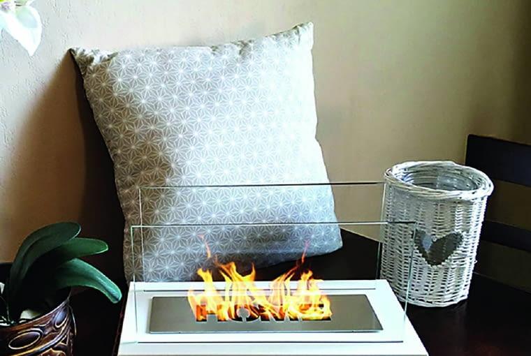 Szklana obudowa utrzymuje ogień w ryzach. Cena podobnych modeli: 150-300 zł, zależnie od wielkości, Castorama.
