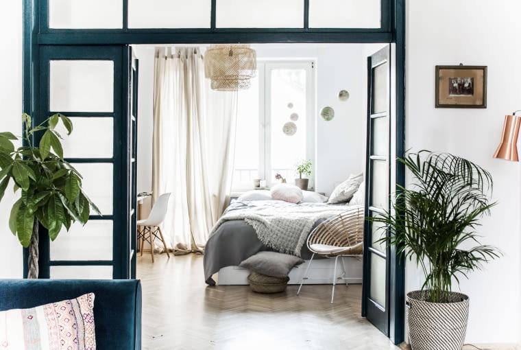Widok z salonu na sypialnię