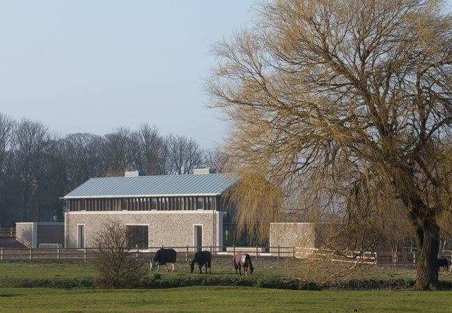 Długi Dom zaprojektowany przez Sir Michaela oraz Lady Patty Hopkins.