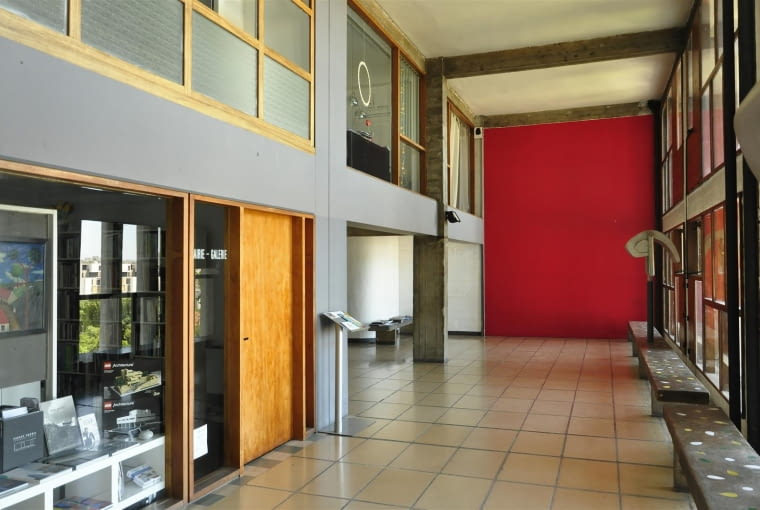 """Jednostka Marsylska, proj. Le Corbusier - galeria handlowa - jasna, przestronna aleja, miła odmiana od ciemnych """"ulic wewnętrznych"""". Część lokali użytkowych nadal funkcjonuje."""