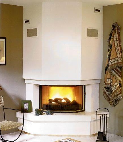 Duże kratki w górnej części obudowy kominka służą do odprowadzania z niej ciepła. Te mniejsze, umieszczone wyżej, wentylują przestrzeń pod stropem (tzw. komorę dekompresyjną).