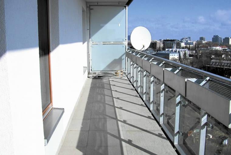 """Właściciel sporego (ok. 30 m˛) tarasu w eleganckim apartamentowcu najpierw zaaranżował wnętrze mieszkania, a potem zapragnął urządzić dodatkowy pokój za oknem. O projekt (a wkrótce jego realizację) poprosił projektantów z firmy """"Zieleń bez Granic""""."""