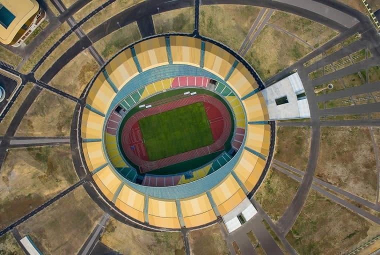Stade Municipal de Kintélé, Brazzaville - Kongo (IX nagroda w głosowaniu jury) - Ostatni w zestawieniu stadion, choć nie jest w Chinach, ma z Państwem Środka niezwykle dużo wspólnego. Został sfinansowany przez chińskie władze, w większości wybudowany przez chińskie firmy oraz zaprojektowany w chińskiej pracowni CCDI (we współpracy z australijskim PTW).