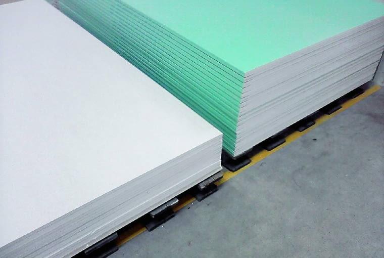 Najlepiej składować płyty na równym podłożu, na przystosowanych do tego paletach