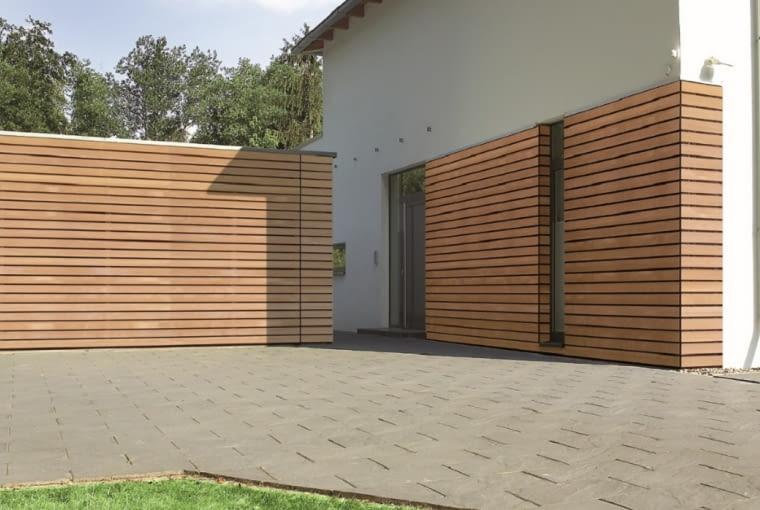 Kolejny przykład 'niewidocznej' bramy. Wykończono ją takimi samymi drewnianymi listewkami, jakich użyto na elewacji