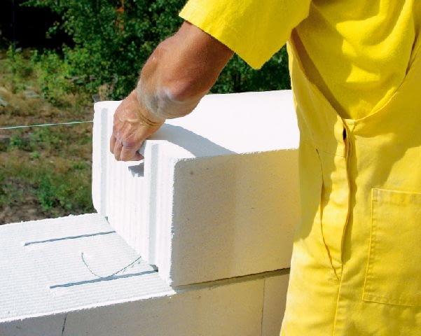 W strefach podokiennych, w najwyższej spoinie, umieszcza się zbrojenie poziome. Można je zrobić z prefabrykowanych elementów lub dwóch prętów ze stali żebrowanej