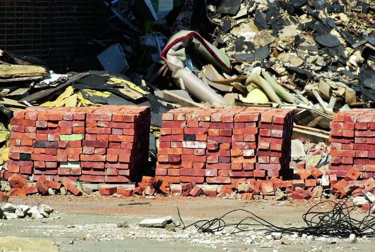Cegły z odzysku to materiał naturalny, historyczny. Trzeba się liczyć z przebarwieniami, pozostałościami zaprawy, różnicami kolorystycznymi, odpryskami