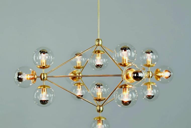 Modo chandelier: Tak wygląda żyrandol XXI wieku! Czyż nie jest zachwycający? A zrobiony został z gotowych części dostępnych w sklepach z oświetleniem. Inspiracją dla projektanta były obiekty typu ready-made. System składania poszczególnych elementów pozwala na dowolne rozbudowywanie żyrandola, dzięki czemu może on przyjmować różne formy. Ok. 23 000 zł, Roll & Hill, rollandhill.com