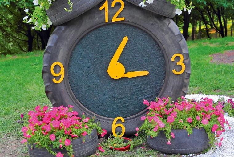 Niecodzienny zegar z gumowym cyferblatem.
