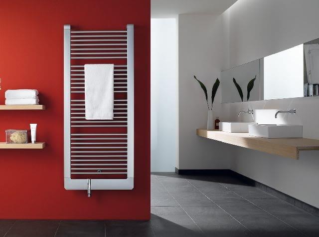 Na grzejnikach drabinkowych zwykle wiesza się ręczniki, co ogranicza przekazywanie ciepła. Podczas zakupu warto więc wybrać model o mocy co najmniej 20% większej, niż wynika to z obliczeń - aby zapewnić w łazience odpowiedni komfort cieplny
