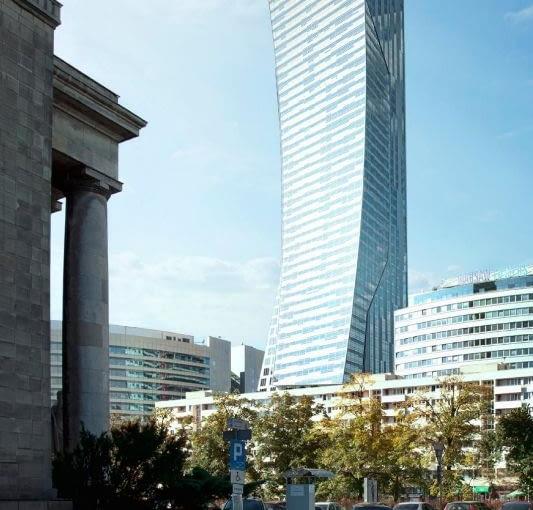 Bryła apartamentowca Złota 44 przypomina wybrzuszony na wietrze żagiel. Wieżowiec zaprojektowany przez światowej sławy architekta Daniela Libeskinda ma zostać ukończony jeszcze w tym roku
