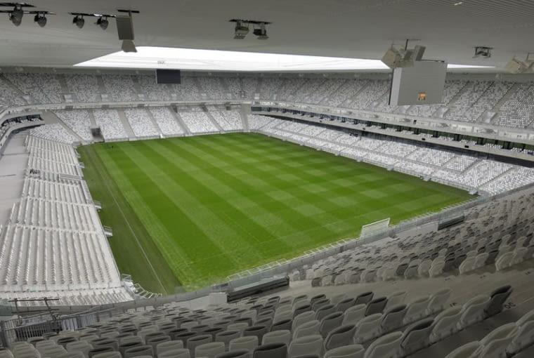Matmut Atlantique, Bordeaux - Francja (II nagroda w głosowaniu internautów, I nagroda w głosowaniu jury) - Ale lekka forma, to nie wszystko co w stadionie jest wyjątkowe. Główna promenada okalająca stadion nie jest oddzielona od płyty boiska trybunami czy lożami tylko znajduje się w szczelinie pomiędzy poziomami. dzięki temu można oglądać mecz nawet poza trybunami dzięki czemu kibice nie przegapią żadnego ważnego momentu. Na stadionie przygotowano miejsca dla pona 42 tysięcy widzów.