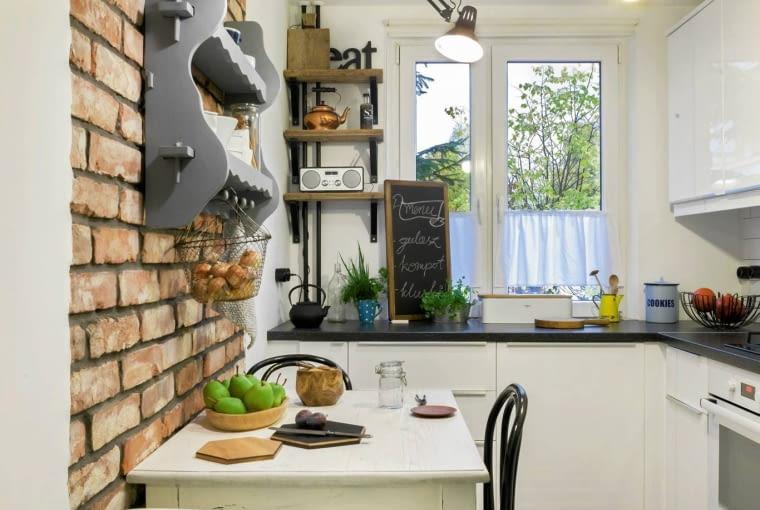 Stolik na planie podłużnego prostokąta doskonale wpasował się do wąskiej kuchni.