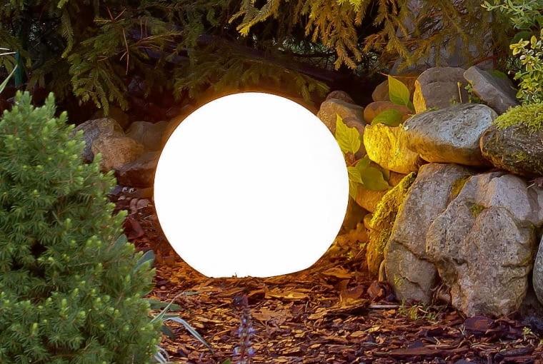 Ball Garden; Solarias/SPOT LIGHT/LIGHT CENTER. Lampy o ciekawej formie do ustawienia w różnych zakątkach ogrodu. Cena: od 349 zł (Ball Garden), od 199 zł (Solarias), www.lightcenter.pl