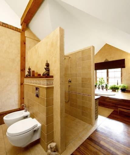 Łazienkę podzielono na aneksy: z w.c. i bidetem, z prysznicem oraz z wanną i umywalkami