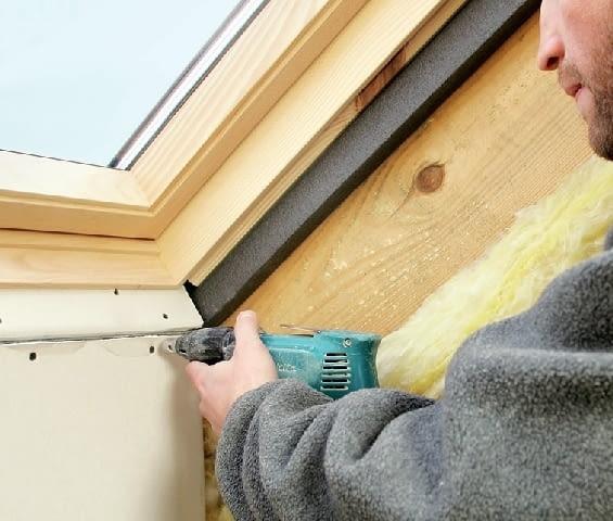 Krok 7. Po ułożeniu ocieplenia, dolną powierzchnię obudowy montuje się prostopadle do płaszczyzny okna, na szerokości 6-8 cm, a dopiero potem pionowo.