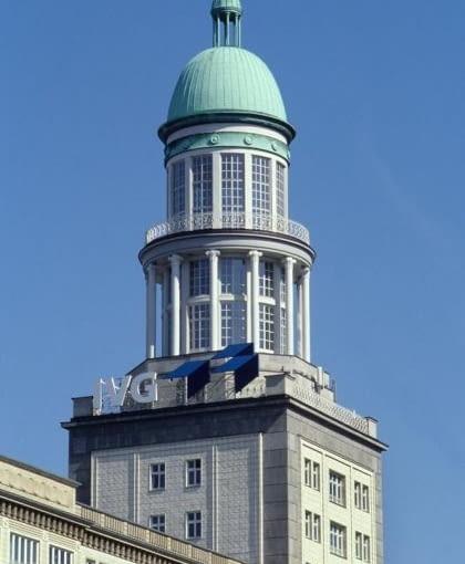 Formy architektoniczne socrealizmu nawiązywały do wzorców historycznych. W Bramie Frankurckiej kopuły wysokościowców wzorowane są na XVIII-wiecznej wieży przy katedrze na Gendarmenmarkt.