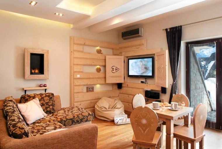 aranżacja wnętrz, drewno w domu, drewniane podłogi, salon