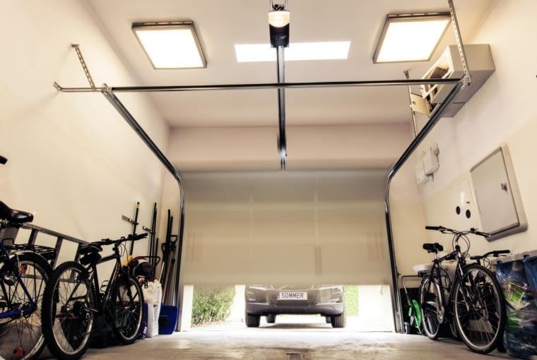 Jeśli przed wjazdem do garażu nie ma odwodnienia liniowego, podłodze w garażu trzeba nadać odpowiedni spadek i zamontować w niej wpust podłogowy lub korytko odwodnienia liniowego