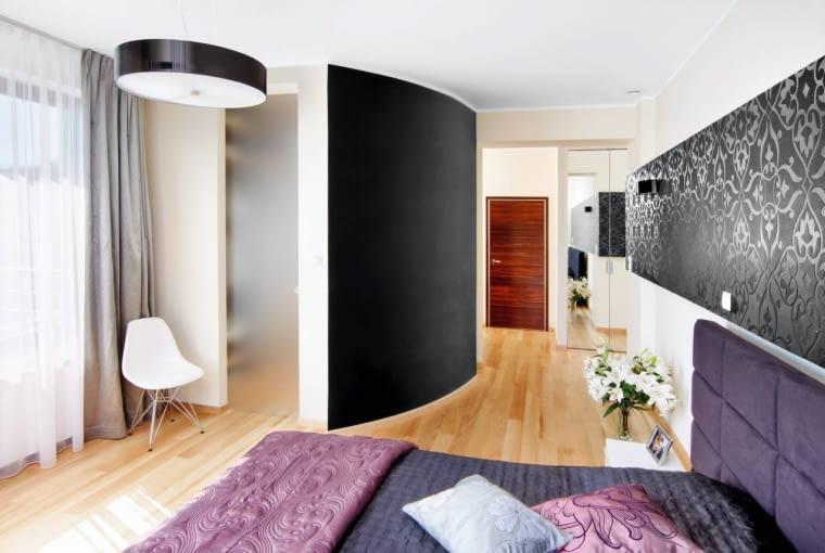 W obu wejściach do garderoby (z sypialni i z korytarza) zamontowano przesuwane drzwi, które po otwarciu nie zabierają miejsca. Są zrobione ze zmatowionego szkła. Materiał ten wpuszcza naturalne światło do garderoby, a jednocześnie wystarczająco zasłania osobę, która się w niej przebiera.