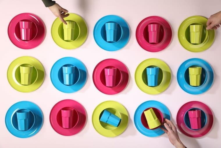 Kolorowe kubki i talerzyki z tworzywa sztucznego