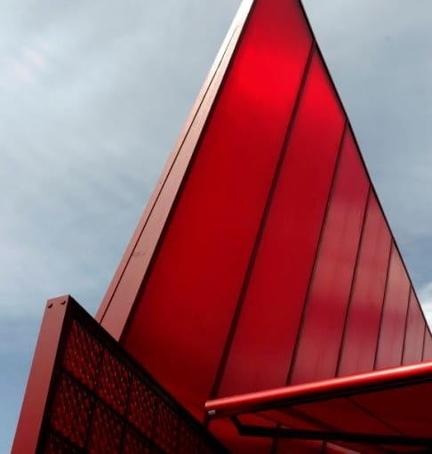 Jean Nouvel zaprojektował pawilon Red Sun w londyńskim Hyde Parku na zamówienie renomowanej Serpentine Galerie