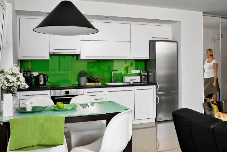 Białe meble i zielony kolor ścian