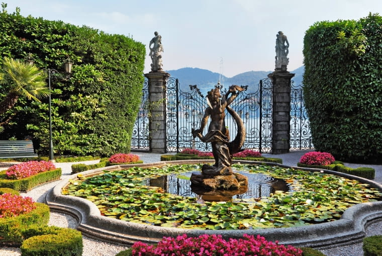 We włoskich ogrodach pięknem zachwycają nie tylko rośliny, ale także kamienne lub ceramiczne rzeźby oraz dekoracyjna metaloplastyka.