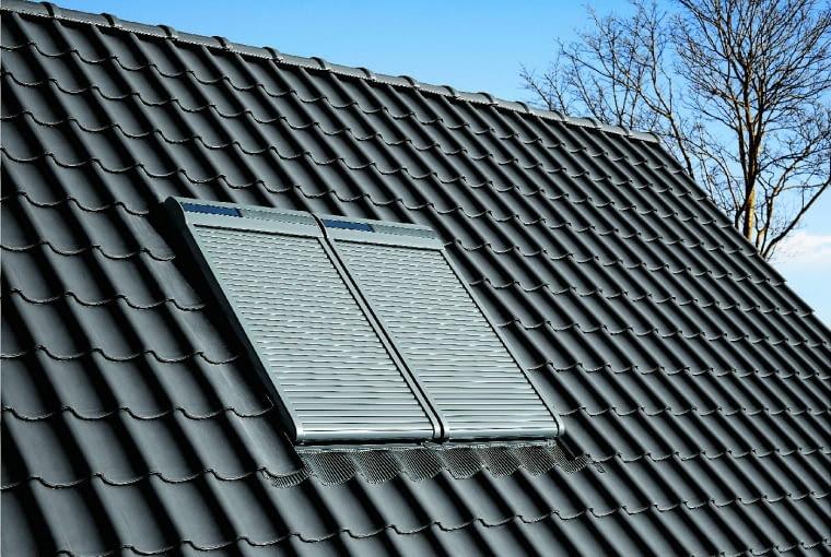 Sam fakt, że w oknach połaciowych zainstalowane są rolety antywłamaniowe najczęściej zniechęca złodzieja