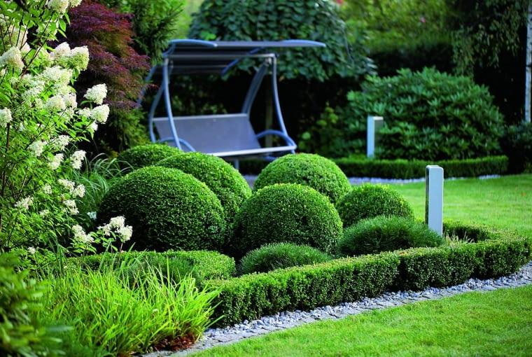 Kącik z huśtawką to moje ulubione miejsce w ogrodzie - tu kończę prawie każdy spacer.