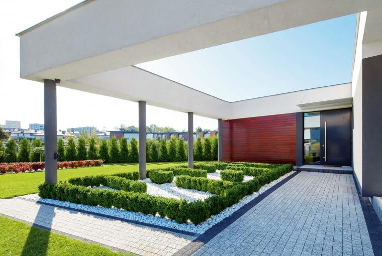 Oryginalna 'rama' otaczająca budynek, sprawia, że nawet przebywając na zewnątrz i pod gołym niebem można się poczuć jak we wnętrzu - z pięknym zielonym dywanem pod nogami i niebem 'na suficie'