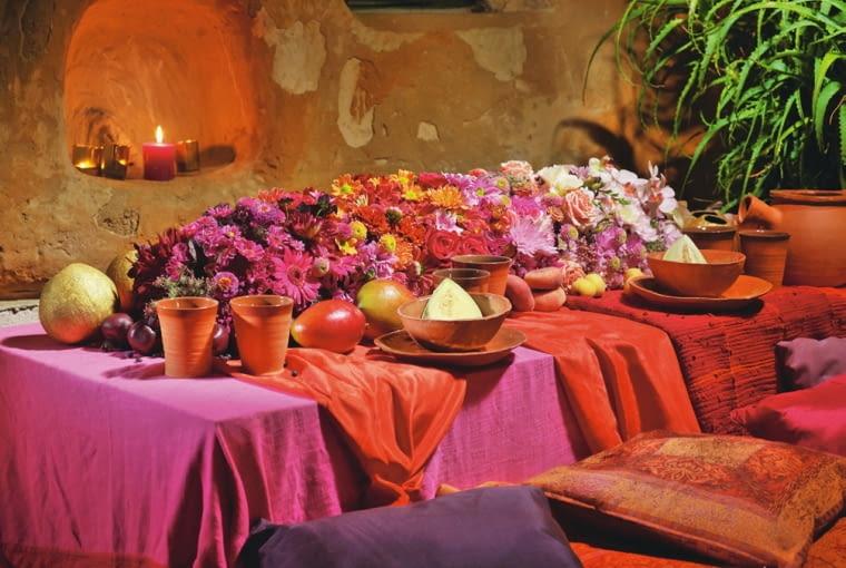 Orientalne kompozycje kwiatowe. Przebogata kwietna dekoracja z dalii, róż, gerber, chryzantem, cynii, driakwi, frezji, goździków, falenopsisów, przestępów, arcydzięgli oraz liści perukowca i żurawki. Znakomitym jej uzupełnieniem są owoce