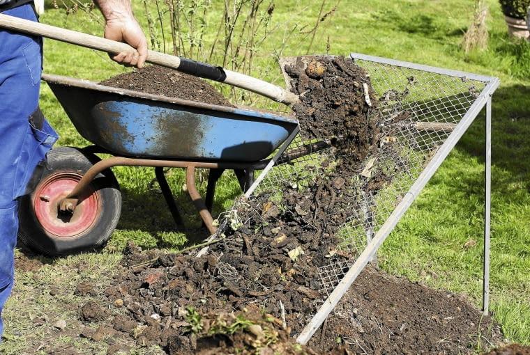 Przed użyciem kompostu należy go przesiać, aby usunąć nierozłożone odpadki