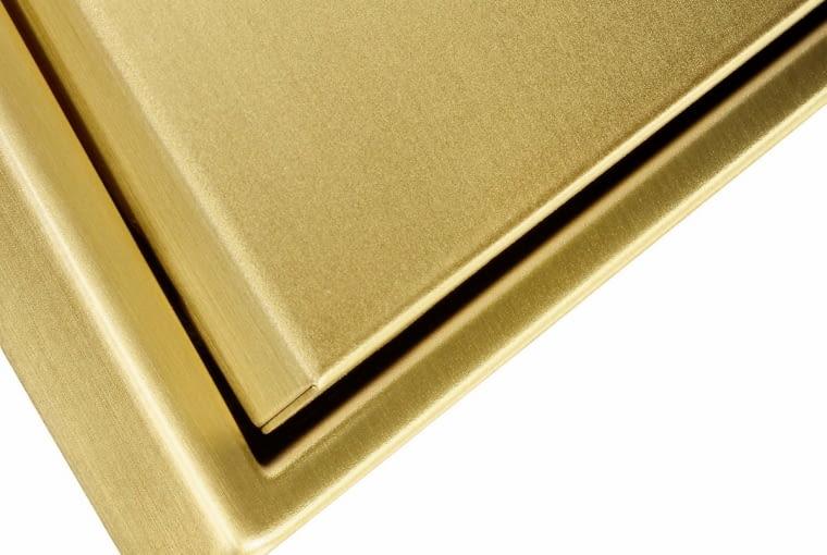 W linii LS 990 firmy JUNG włączniki mogą być również z mosiądzu - zarówno element sterujący, jak i ramka. I to w dwóch odcieniach - klasycznym i antycznym. Ich końcowa obróbka jest ręczna.