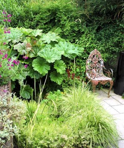 """Postarzany ogród. Historyczny detal sprawia, że ogrodowy zakątek nabiera wdzięku - tu wzrok przyciąga koronkowe krzesełko """"z epoki"""""""
