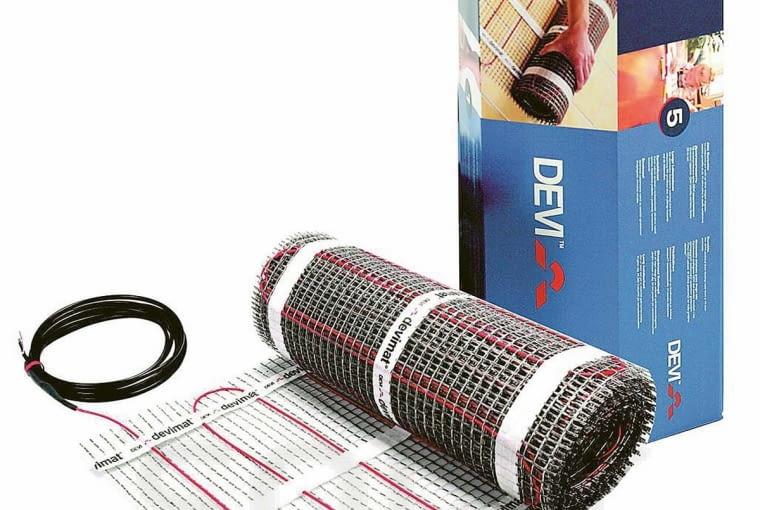 Elektryczne maty grzejne o mocy 100 W/m2 stosuje się do podłóg pokrytych klepką czy panelami, zaś o mocy 150 W/m2 - do płytek ceramicznych